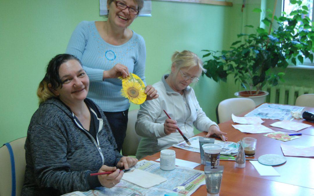 Warsztaty rękodzielnicze w ramach grupy wsparcia w Klubie Integracji Społecznej